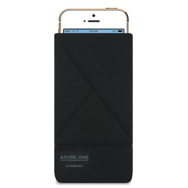 Das Bild zeigt die Vorderseite von Triangle Tasche für Apple iPhone SE und iPhone 5 und 5S in Farbe Schwarz; Zur Veranschaulichung wird ebenfalls dargestellt, wie das kompatible Gerät in dieser Tasche aussieht