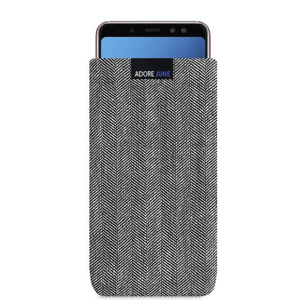 Das Bild zeigt die Vorderseite von Business Tasche für Samsung Galaxy A8 Plus 2018 in Farbe Grau / Schwarz; Zur Veranschaulichung wird ebenfalls dargestellt, wie das kompatible Gerät in dieser Tasche aussieht