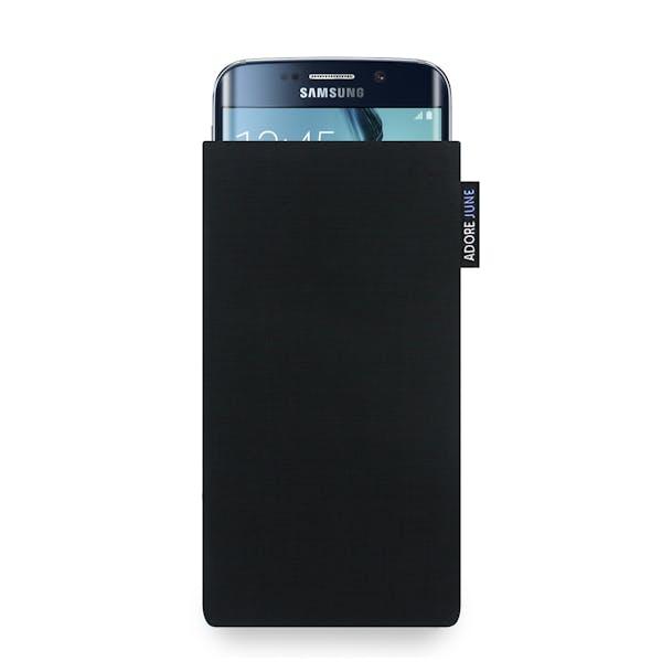Das Bild zeigt die Vorderseite von Classic Tasche für Samsung Galaxy S6 Edge in Farbe Schwarz; Zur Veranschaulichung wird ebenfalls dargestellt, wie das kompatible Gerät in dieser Tasche aussieht