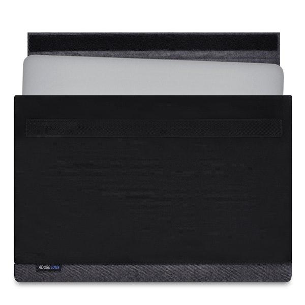 Das Bild zeigt die Vorderseite von Bold Hülle für Apple MacBook Pro 13 und MacBook Air 13 in Farbe Grau / Schwarz; Zur Veranschaulichung wird ebenfalls dargestellt, wie das kompatible Gerät in dieser Tasche aussieht