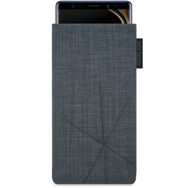 Das Bild zeigt die Vorderseite von Axis Tasche für Samsung Galaxy Note 9 in Farbe Dunkelgrau; Zur Veranschaulichung wird ebenfalls dargestellt, wie das kompatible Gerät in dieser Tasche aussieht