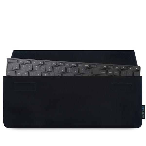 Das Bild zeigt die Vorderseite von Keeb Hülle für Microsoft Designer Bluetooth Desktop Tastatur in Farbe Schwarz; Zur Veranschaulichung wird ebenfalls dargestellt, wie das kompatible Gerät in dieser Tasche aussieht