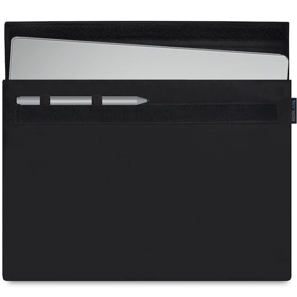 Das Bild zeigt die Vorderseite von Classic Hülle für Microsoft Surface Book 13,5 in Farbe Schwarz; Zur Veranschaulichung wird ebenfalls dargestellt, wie das kompatible Gerät in dieser Tasche aussieht