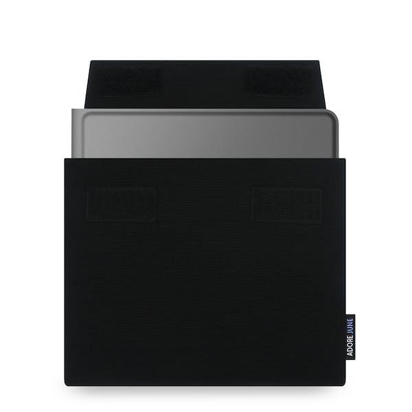 Das Bild zeigt die Vorderseite von Keeb Hülle für Microsoft Universal Foldable Keyboard in Farbe Schwarz; Zur Veranschaulichung wird ebenfalls dargestellt, wie das kompatible Gerät in dieser Tasche aussieht
