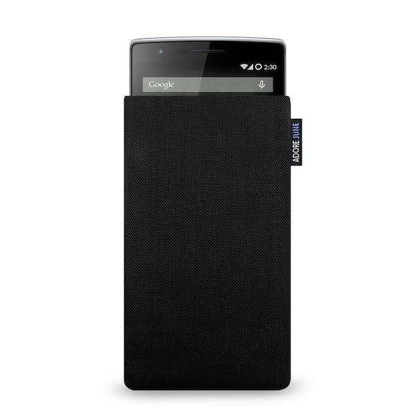 Das Bild zeigt die Vorderseite von Classic Tasche für OnePlus 1 und OnePlus 2 in Farbe Schwarz; Zur Veranschaulichung wird ebenfalls dargestellt, wie das kompatible Gerät in dieser Tasche aussieht