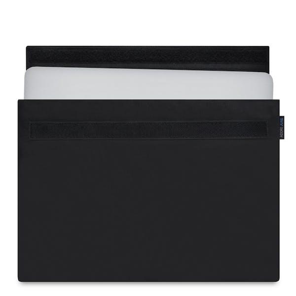 Das Bild zeigt die Vorderseite von Classic Hülle für Apple MacBook Pro 13 und MacBook Air 13 in Farbe Schwarz; Zur Veranschaulichung wird ebenfalls dargestellt, wie das kompatible Gerät in dieser Tasche aussieht
