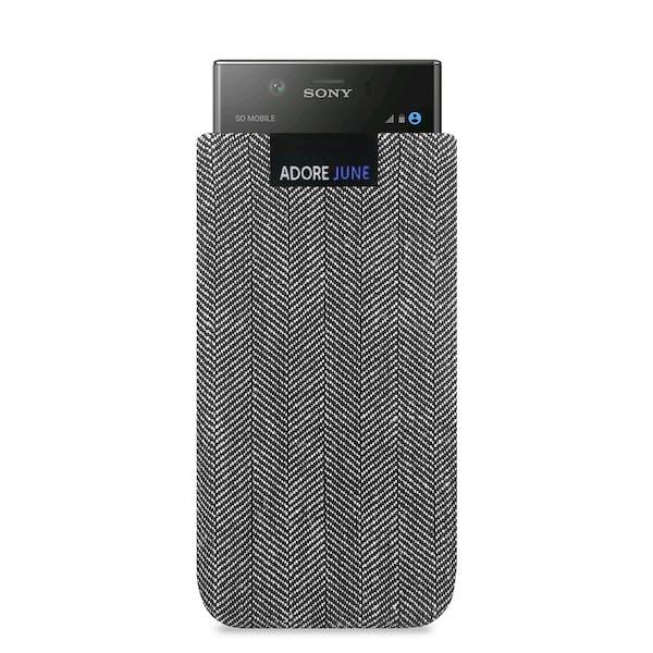 Das Bild zeigt die Vorderseite von Business Tasche für Sony Xperia XZ1 Compact in Farbe Grau / Schwarz; Zur Veranschaulichung wird ebenfalls dargestellt, wie das kompatible Gerät in dieser Tasche aussieht