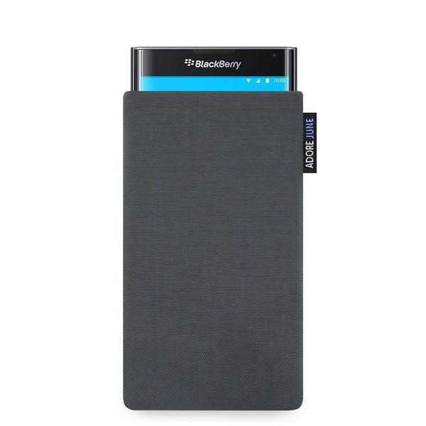 Das Bild zeigt die Vorderseite von Classic Tasche für BlackBerry PRIV in Farbe Dunkelgrau; Zur Veranschaulichung wird ebenfalls dargestellt, wie das kompatible Gerät in dieser Tasche aussieht