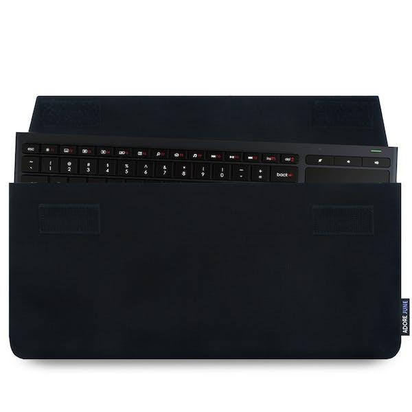 Das Bild zeigt die Vorderseite von Keeb Hülle für Logitech Illuminated Living-Room Keyboard K830 in Farbe Schwarz; Zur Veranschaulichung wird ebenfalls dargestellt, wie das kompatible Gerät in dieser Tasche aussieht