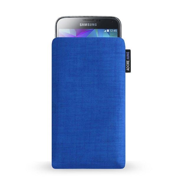 Das Bild zeigt die Vorderseite von Classic Tasche für Samsung Galaxy S5 in Farbe Blau; Zur Veranschaulichung wird ebenfalls dargestellt, wie das kompatible Gerät in dieser Tasche aussieht