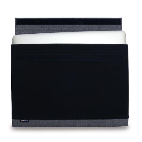Das Bild zeigt die Vorderseite von Bold Hülle für Apple MacBook Pro 15 2012-2015 in Farbe Grau / Schwarz; Zur Veranschaulichung wird ebenfalls dargestellt, wie das kompatible Gerät in dieser Tasche aussieht
