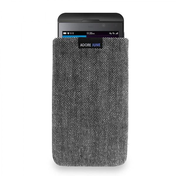 Das Bild zeigt die Vorderseite von Business Tasche für BlackBerry Z10 in Farbe Grau / Schwarz; Zur Veranschaulichung wird ebenfalls dargestellt, wie das kompatible Gerät in dieser Tasche aussieht