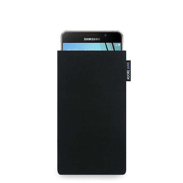 Das Bild zeigt die Vorderseite von Classic Tasche für Samsung Galaxy A3 2016-2017 in Farbe Schwarz; Zur Veranschaulichung wird ebenfalls dargestellt, wie das kompatible Gerät in dieser Tasche aussieht