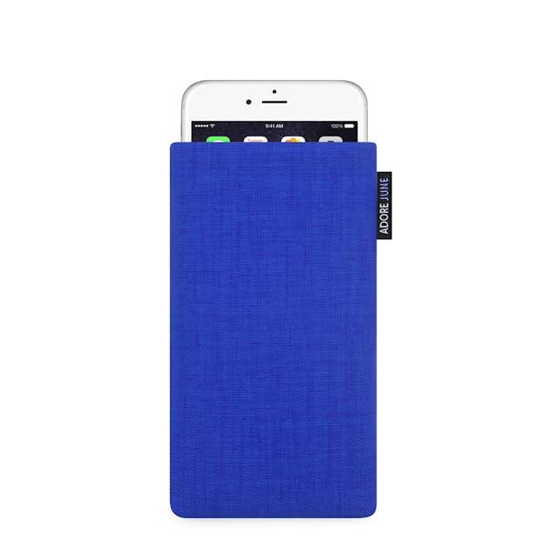 Das Bild zeigt die Vorderseite von Classic Tasche für Apple iPhone 6 6S und iPhone 7 in Farbe Blau; Zur Veranschaulichung wird ebenfalls dargestellt, wie das kompatible Gerät in dieser Tasche aussieht