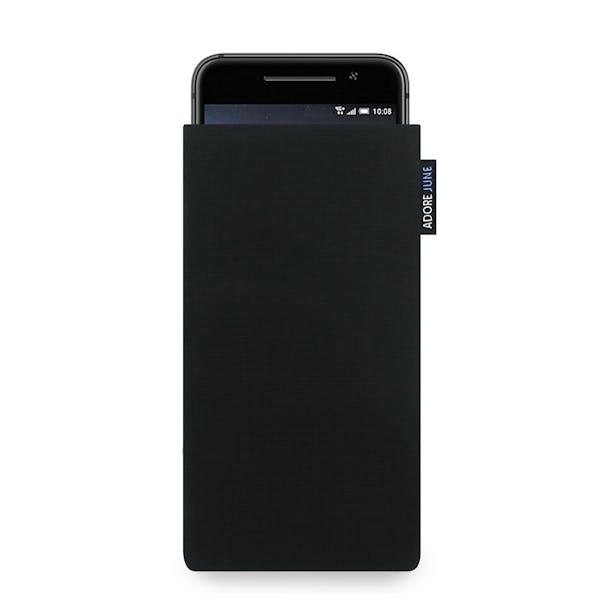 Das Bild zeigt die Vorderseite von Classic Tasche für HTC One A9 in Farbe Schwarz; Zur Veranschaulichung wird ebenfalls dargestellt, wie das kompatible Gerät in dieser Tasche aussieht