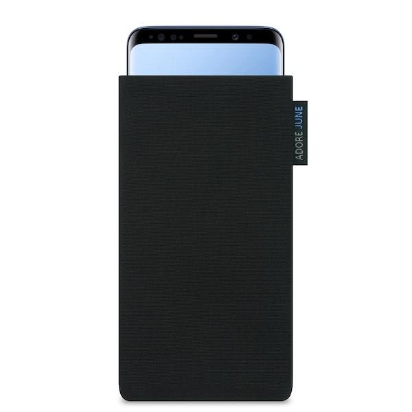 Das Bild zeigt die Vorderseite von Classic Tasche für Samsung Galaxy S9 in Farbe Schwarz; Zur Veranschaulichung wird ebenfalls dargestellt, wie das kompatible Gerät in dieser Tasche aussieht