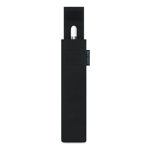 Das Bild zeigt die Vorderseite von Classic Hülle für Apple Pencil in Farbe Schwarz; Zur Veranschaulichung wird ebenfalls dargestellt, wie das kompatible Gerät in dieser Tasche aussieht